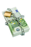 Billetes de banco euro con la cadena y el candado Imagen de archivo