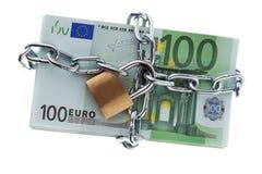 Billetes de banco euro con un bloqueo y un encadenamiento. Imagen de archivo libre de regalías