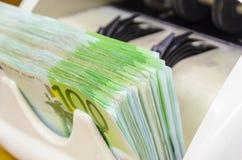 100 billetes de banco euro contradicen la máquina Imágenes de archivo libres de regalías