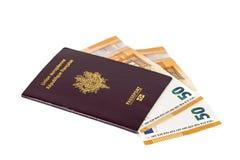 100 billetes de banco euro de las cuentas insertados entre las páginas del pasaporte francés europeo Imágenes de archivo libres de regalías