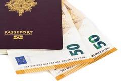 100 billetes de banco euro de las cuentas insertados entre las páginas del pasaporte francés europeo Imagen de archivo libre de regalías