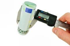 Billetes de banco euro de medición con el calibrador Fotografía de archivo libre de regalías