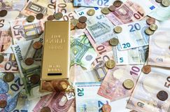 Billetes de banco euro del concepto del dinero del efectivo de los ahorros todas las monedas de los tamaños y del centavo en rese Imagen de archivo libre de regalías