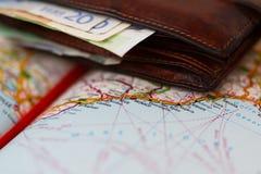 Billetes de banco euro dentro de la cartera en un mapa geográfico de Mónaco Foto de archivo