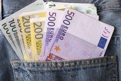 Billetes de banco euro en bolsillo de los pantalones vaqueros. Imagen de archivo libre de regalías