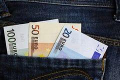 Billetes de banco euro en bolsillo de los pantalones vaqueros Fotos de archivo libres de regalías