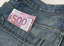 Billetes de banco euro en bolsillo de una mezclilla azul Imagen de archivo