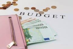 Billetes de banco euro en cartera en el fondo blanco Foto de archivo