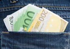 Billetes de banco euro en el cadera-bolsillo de pantalones vaqueros Imagen de archivo libre de regalías