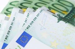 100 billetes de banco euro en el fondo blanco Imagen de archivo