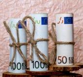 Billetes de banco euro en el fondo del papel arrugado Imagen de archivo