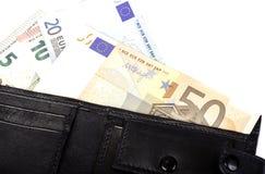 Billetes de banco euro en el valor nominal 5, 10, 20 y 50 en monedero negro Fotos de archivo
