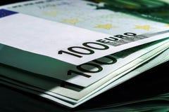 100 billetes de banco euro en fila Foto de archivo libre de regalías