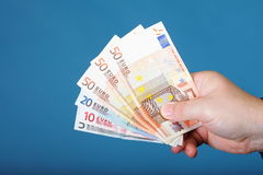Billetes de banco euro en la mano masculina Imagen de archivo