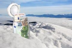 Billetes de banco euro en la nieve Foto de archivo