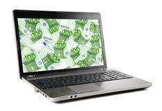 Billetes de banco euro en la visualización de la computadora portátil Imágenes de archivo libres de regalías