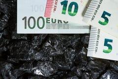 Billetes de banco euro en las pepitas crudas del carbón, cuentas en el carbón, poder del mone Fotos de archivo