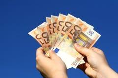Billetes de banco euro en mano de la mujer fotos de archivo