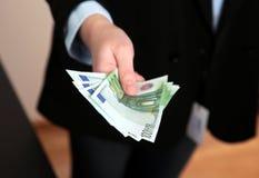 Billetes de banco euro en manos Fotos de archivo