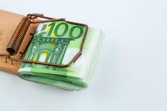 Billetes de banco euro en trampa del ratón Fotos de archivo