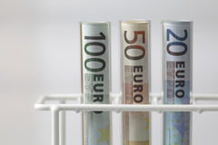 Billetes de banco euro en tubos de prueba fotos de archivo libres de regalías