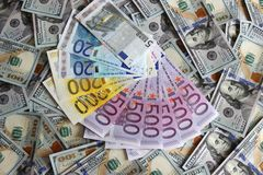 Billetes de banco euro en un fondo de cientos dólares de billetes de banco Fotos de archivo libres de regalías