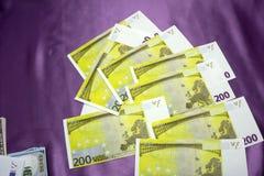 200 billetes de banco euro en un fondo púrpura Imagen de archivo libre de regalías