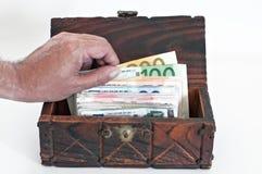 Billetes de banco euro en una caja imagen de archivo libre de regalías