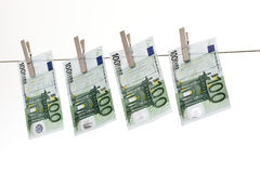100 billetes de banco euro que cuelgan en cuerda para tender la ropa Fotografía de archivo