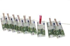 100 billetes de banco euro que cuelgan en cuerda para tender la ropa Fotografía de archivo libre de regalías