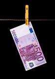 500 billetes de banco euro que cuelgan en cuerda para tender la ropa Imagen de archivo libre de regalías