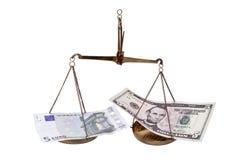 Billetes de banco euro y dólar en equilibrio. Imágenes de archivo libres de regalías