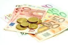 billetes de banco euro y monedas, aislados en blanco Fotos de archivo libres de regalías