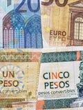 billetes de banco europeos y billetes de banco cubanos de diversas denominaciones