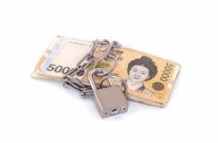 Billetes de banco ganados con una cerradura y una cadena Pila del dinero para la seguridad Imagen de archivo libre de regalías
