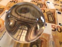 Billetes de banco de la bola de cristal y del euro imagen de archivo