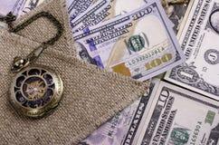 Billetes de banco los cientos dólares y la otra denominación, arpillera y PC Foto de archivo