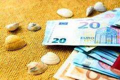 Billetes de banco, pasaportes y cáscaras euro en un fondo de lino El concepto de viaje imágenes de archivo libres de regalías