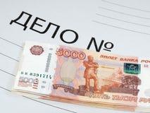 Billetes de banco que mienten en la carpeta con la causa penal Foto de archivo libre de regalías