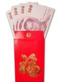 Billetes de banco tailandeses en sobre del rojo del estilo chino Foto de archivo libre de regalías