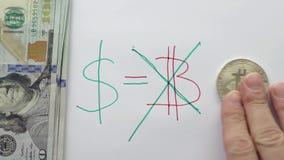 Billetes de banco y bitcoin del dólar de EE. UU. contra fondo de los símbolos metrajes
