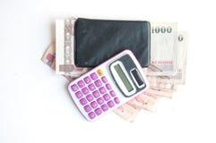 1000 billetes de banco y calculadora del baht aislados Foto de archivo libre de regalías