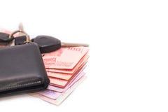 Billetes de banco y cartera tailandeses en el fondo blanco fotos de archivo