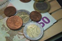 Billetes de banco y dinero euro de la moneda en la plataforma Fácil para el transporte Fotos de archivo