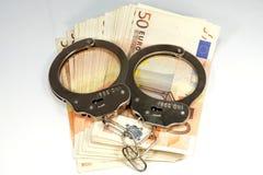 Billetes de banco y esposas euro Fotos de archivo libres de regalías