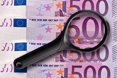 500 billetes de banco y lupa de los euros fotos de archivo libres de regalías