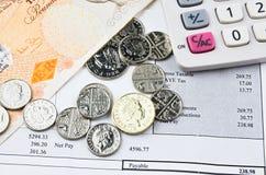 Billetes de banco y monedas británicos con la calculadora Fotos de archivo libres de regalías