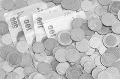 Billetes de banco y monedas de la moneda del baht tailandés Foto de archivo