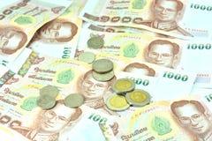 Billetes de banco y monedas del baht tailandés de Tailandia mil THB Tailandia del baht Imágenes de archivo libres de regalías
