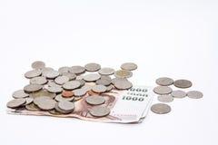 Billetes de banco y monedas en moneda del baht tailandés Fotos de archivo